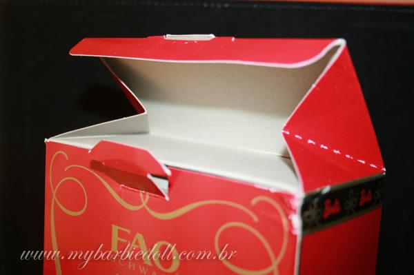 A tampa da caixa tem um formato diferente do usado em outros lançamentos Pink Label | Crédito da imagem: Samira | www.mybarbiedoll.com.br