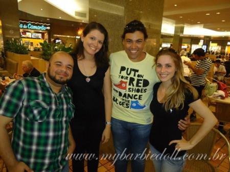 Da esquerda para a direita: Di (Fashionista Boy), eu, Bernardo (Kens Klub) e Mariana | Crédito da imagem: Nando Pohl para www.mybarbiedoll.com.br