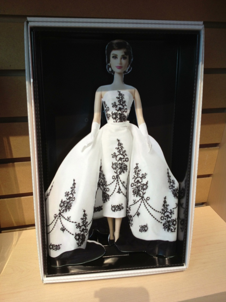 Uma das propostas para a Barbie em homenagem à Audrey, com vestido inspirado no mesmo traje usado no filme Sabrina | Crédito da imagem: Photo by Michael Williams/MyLifeInPlastic.com