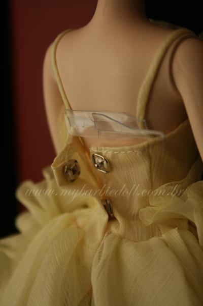 O vestido é removível. Nas costas, colchetes de pressão | Crédito da imagem: Samira | www.mybarbiedoll.com.br
