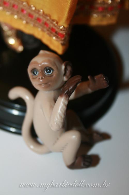 O mascote, de braços abertos, para ser colocado em um dos braços da boneca | Foto: Samira | www.mybarbiedoll.com.br