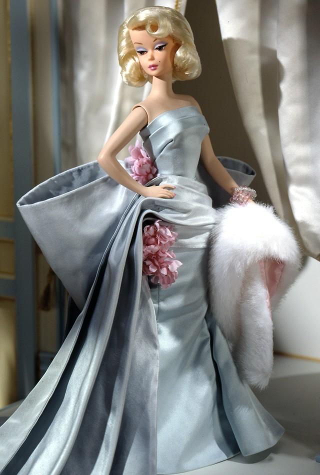 Delphine, uma das primeiras bonecas lançadas na série BFMC em corpo Silkstone. Além dela, também foram lançadas em 2000 as duas primeiras The Lingerie Barbie Dolls, versão Brunette e Caucasian | Crédito da imagem: Divulgação Barbie Collector/Mattel