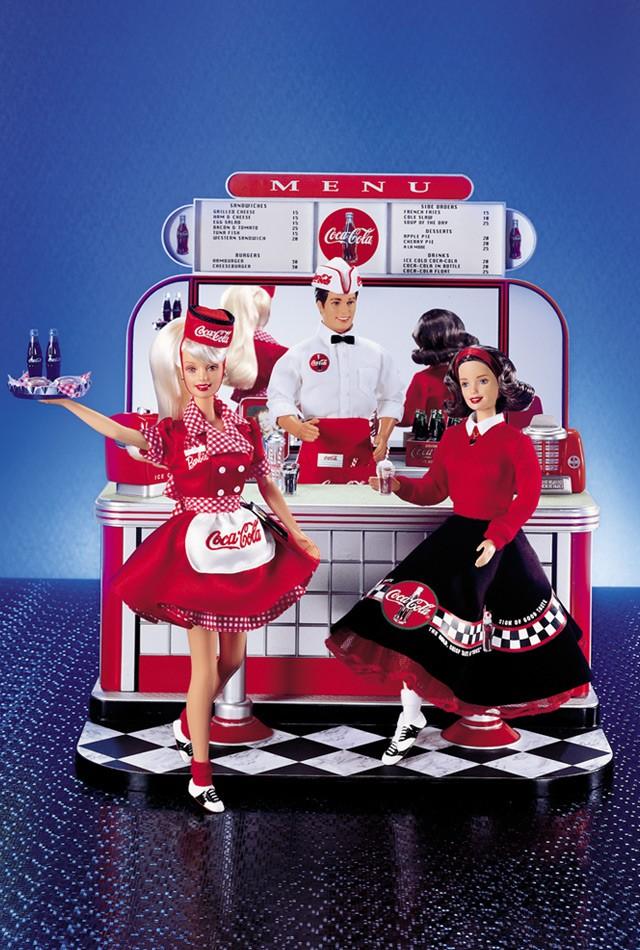 Coca-Cola® Soda Fountain,  lançada em 2000 e que alcança preços altíssimos, quando vendido por terceiros | Crédito da imagem: Divulgação Mattel/Barbie Collector