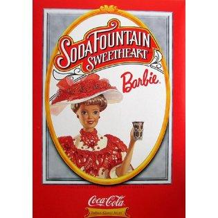 A caixa da boneca também se assemelha a uma das peças publicitárias produzidas pela Coca-Cola | Crédito da imagem: Divulgação Mattel via sears.com