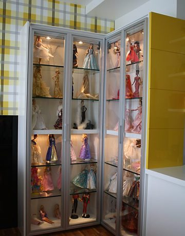 Exemplo de armário-estante planejado com luzes embutidas para expor bonecas | Crédito da imagem: www.zap.com.br