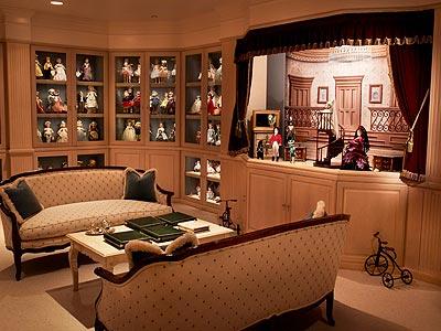 Em outro cômodo, mais bonecas expostas, incluindo um cenário temático | Crédito da imagem: Art Streiber para People.com
