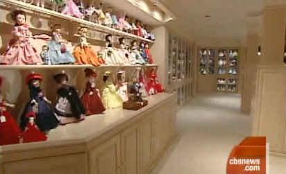 Um dos corredores com bonecas expostas | Crédito da imagem: Divulgação CBS via hookedonhouses.net