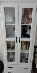 Minha cristaleira com algumas bonecas | Crédito da imagem: www.mybarbiedoll.com.br