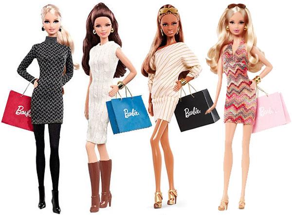 As duas novas bonecas a serem lançadas, à esquerda, junto com as outras duas lançadas inicialmente | Crédito da imagem: divulgação Mattel via dollsaga.wordpress.com