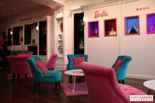 Lounge com exposição das Holidays Barbie Dolls | Crédito da imagem: www.sortiraparis.com