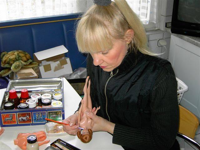 Bettina restaurando bonecas | Crédito da imagem:  Bettina Dorfmann/Arquivo pessoal