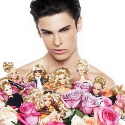 O modelo Baptiste Giabiconi com várias Barbies | Crédito da imagem: divulgação Colette/Mattel via glamour.de