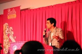 Carlos Keffer durante sua divertida palestra a respeito das casas de Barbie | Crédito da imagem: Samira | www.mybarbiedoll.com.br
