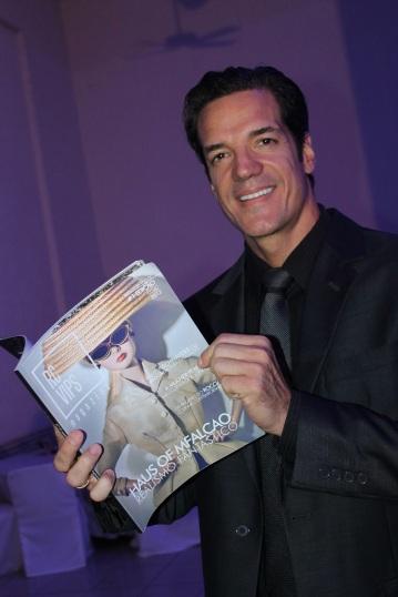O ator da TV Globo Carlos Machado com a revista RCVips, da Paraíba, com foto de capa feita por Marcio | Crédito da imagem: Marcio Falcao/arquivo pessoal