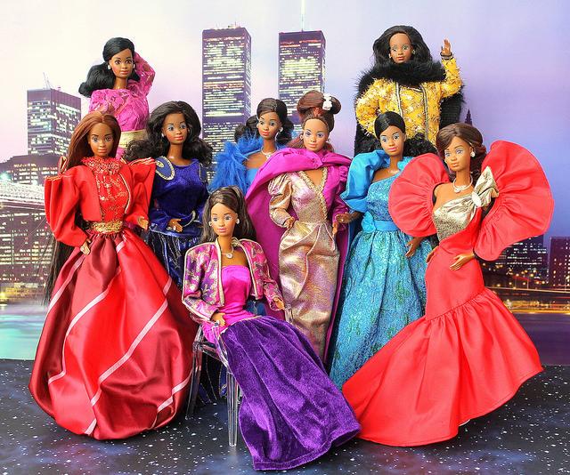 Barbie desfila seus vários modelitos assinados por de la Renta | Crédito da imagem: fashiondollcollector/Flickr