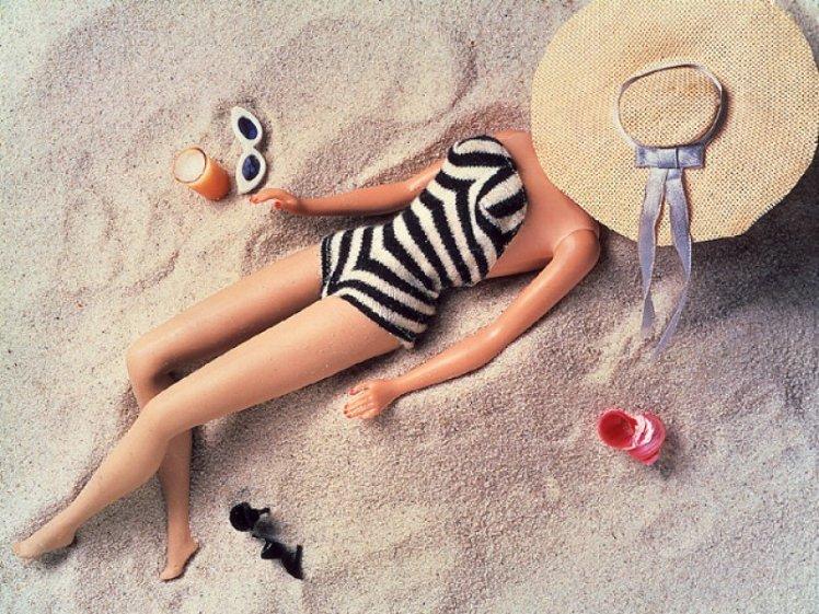 Barbie relaxa usando a peça mais famosa de seu closet | Crédito da imagem: www.cursingmaggot.co.uk
