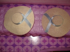 Esquerda: chapéu de 30 anos e direita o chapéu de 50 anos | Crédito da imagem: André Santiago para www.mybarbiedoll.com.br