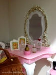 Os perfumes da coleção numa penteadeira tamanho Barbie | Crédito da imagem: Samira | www.mybarbiedoll.com.br