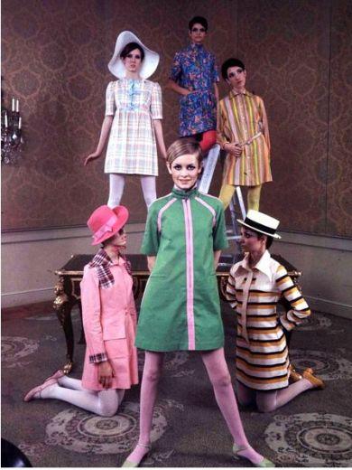 Twiggy e modelos com trajes by Betsey Johnson dresses, em 1967 | Crédito da imagem: via martha pirrie/Pinterest