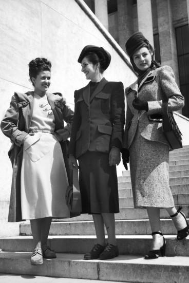 A foto registra três mulheres no ano de 1947 em Paris | Crédito da imagem: via http://www.marieclaire.co.uk