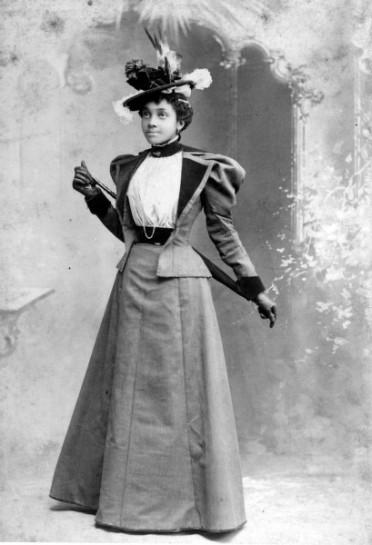A imagem retrata uma mulher afro-americana no ano de 1890 | Crédito da imagem: via http://hatsfromhistory.tumblr.com