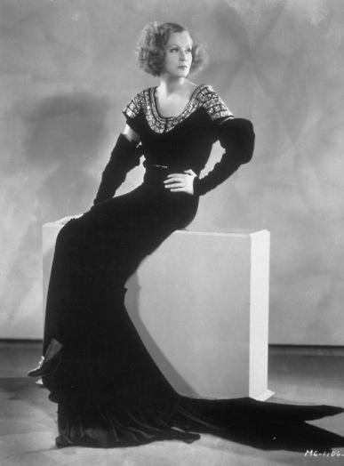 A fabulosa Greta Garbo em um vestido cujo estilo marcou a moda na década de 1930 | Crédito da imagem: via http://vintagehandbook.wordpress.com