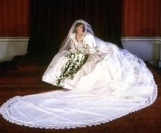 Lady Di em seu icônico vestido usado em seu casamento em 1981 | Crédito da imagem: via http://womensbusinessblog.org/lady-diana-spencers-wedding-dress/pftr160398padidress/